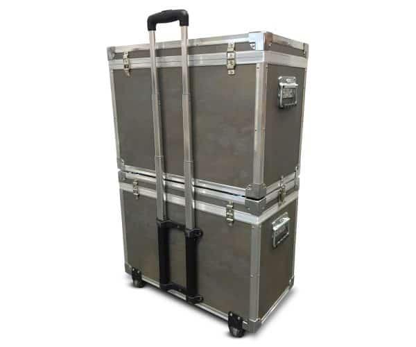 Presentatie profiel koffer gestapeld met trolley